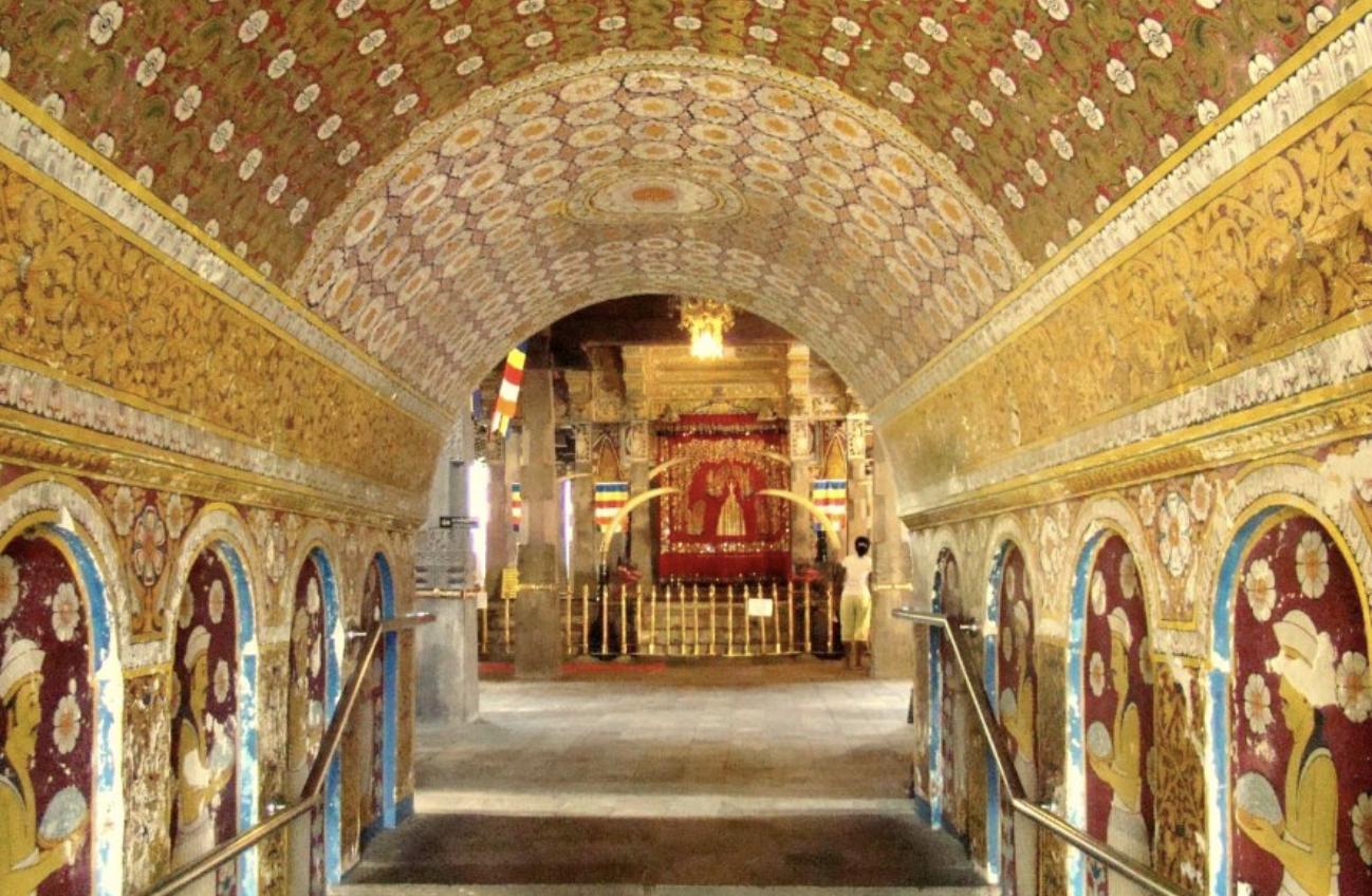 仏歯寺の豪華絢爛な通路