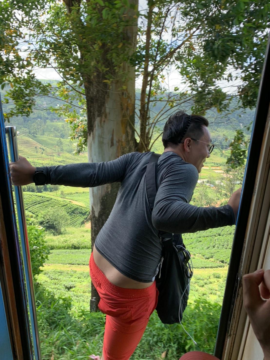 ドアから身を乗り出す中国人