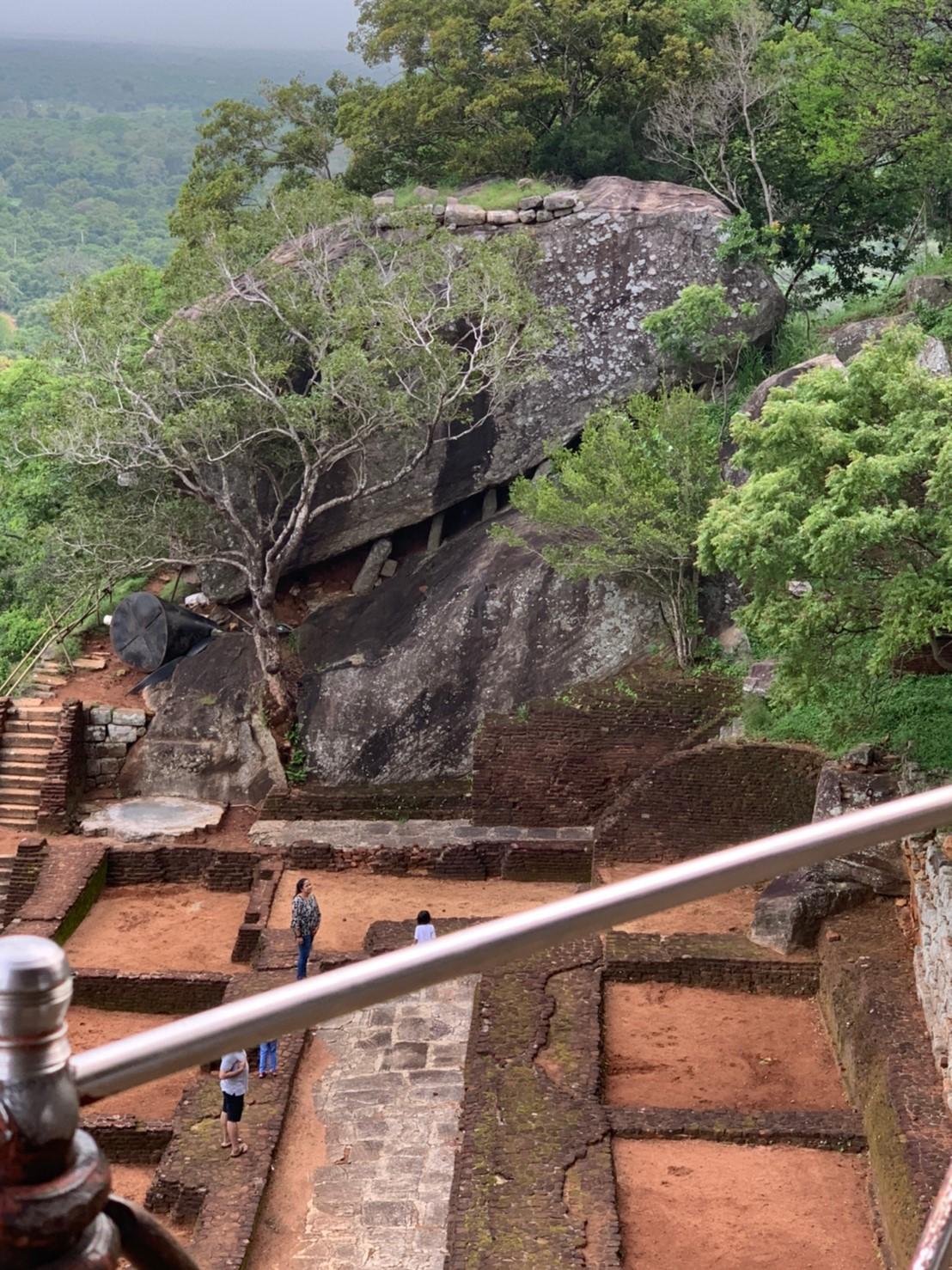 兵士の居住区と攻撃用の岩