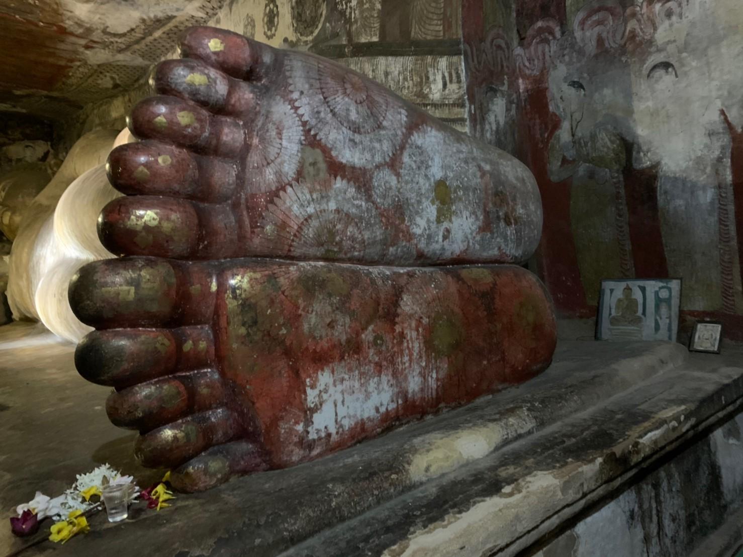 ダンブッラ石窟寺院の第1窟の石像の足