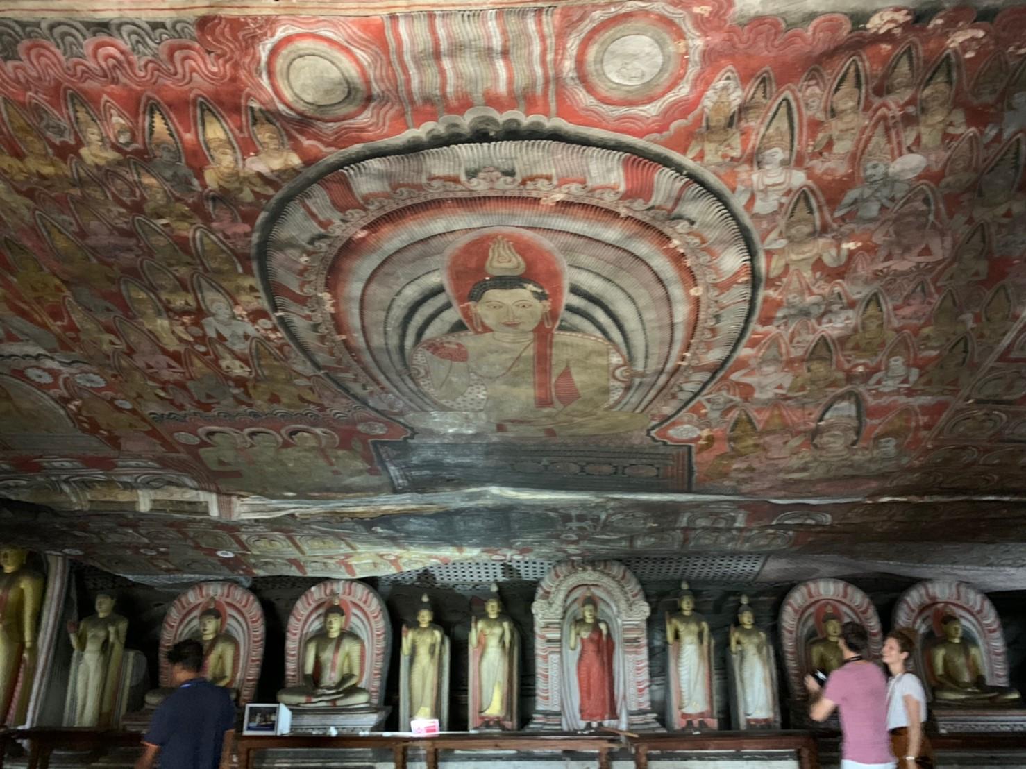 ダンブッラ石窟寺院の内装