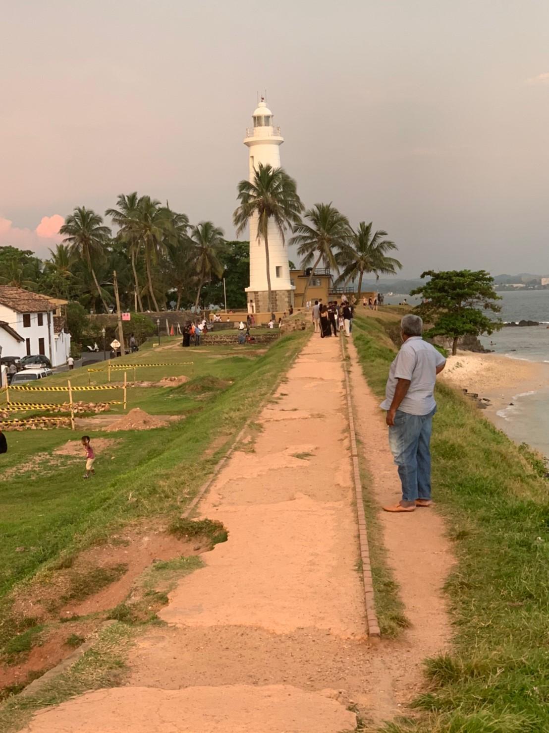 夕焼けのゴールの灯台
