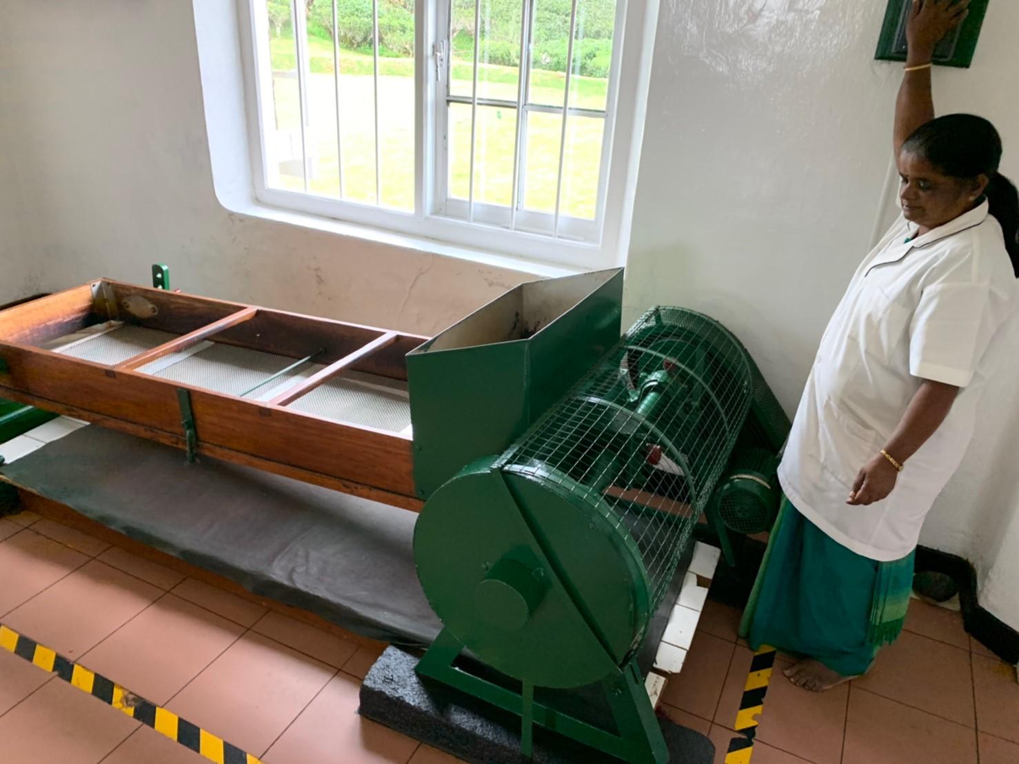 茶葉を古いにかける機械