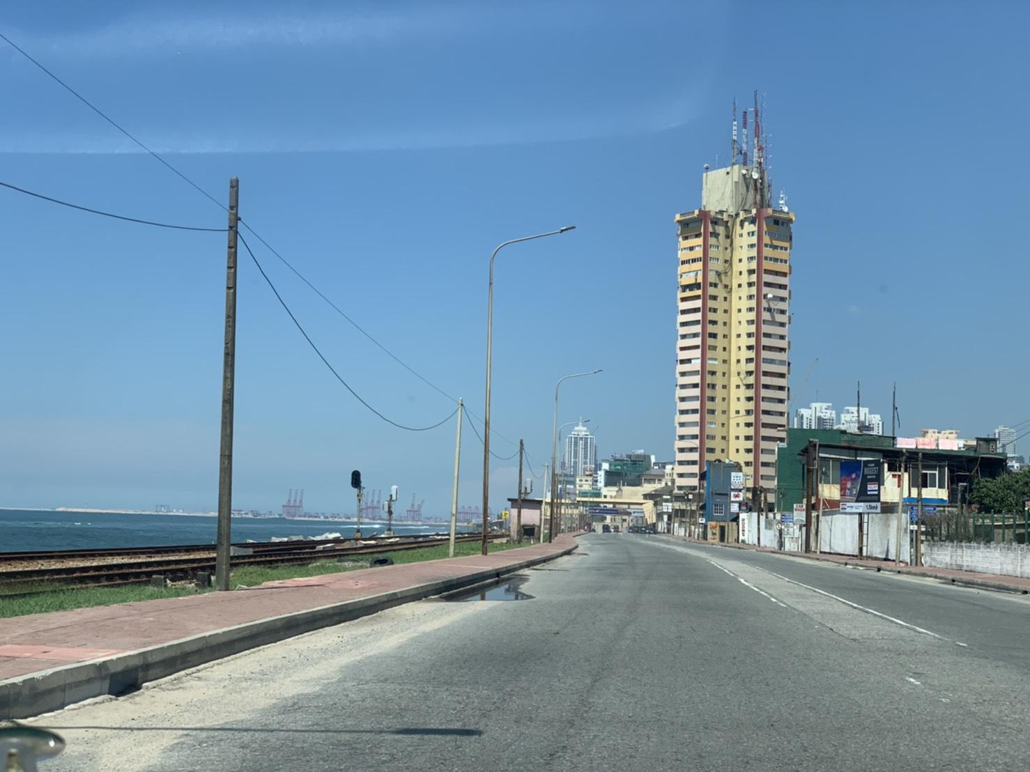 左に見える建造中の島
