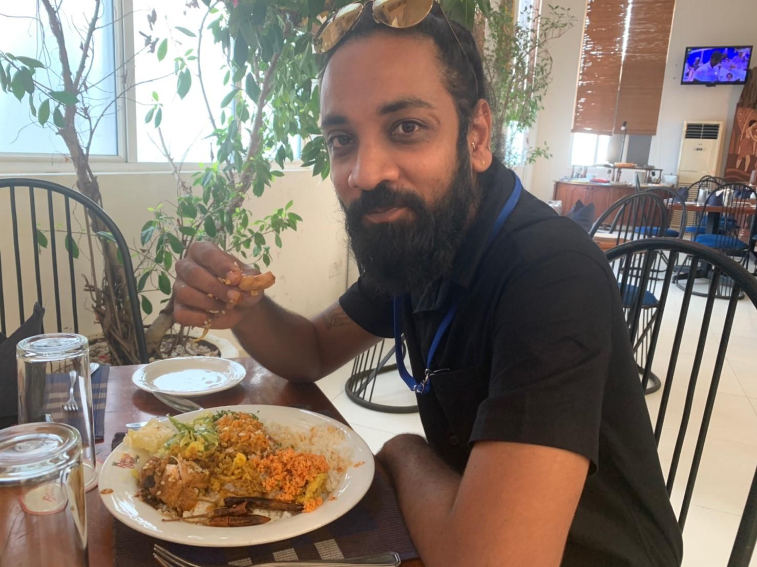 スリランカ料理を手でたべるアサンカ