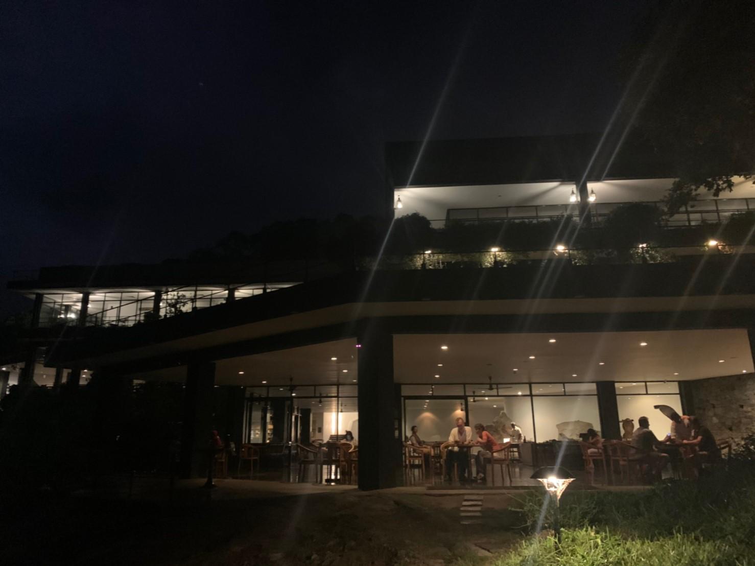 ヘリタンスカンダラマの夜の外観